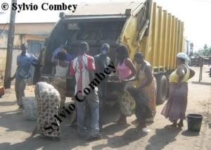 Camion en plein rammassage d'ordures à Lomé
